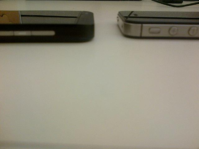 Is BlackBerry Z10 thinner than the iPhone 5?-bb10vsiphone.jpg