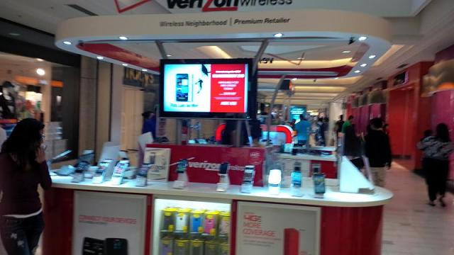 At the mall in California, Verizon booths have z10 ads!-img_00000012.jpg
