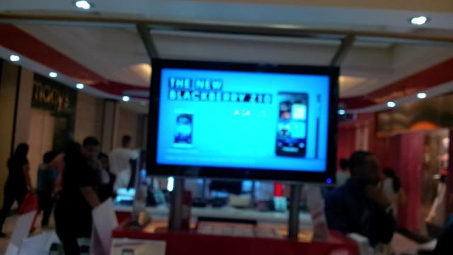 At the mall in California, Verizon booths have z10 ads!-img_00000013.jpg